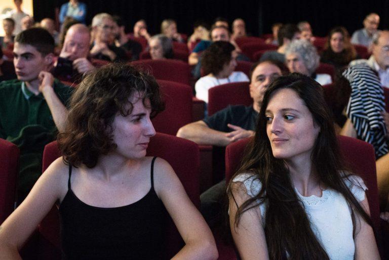 Alba Villarmea i Diana Mizrahi durant una sessió de la 27a Mostra Internacional de Films de Dones de Barcelona.