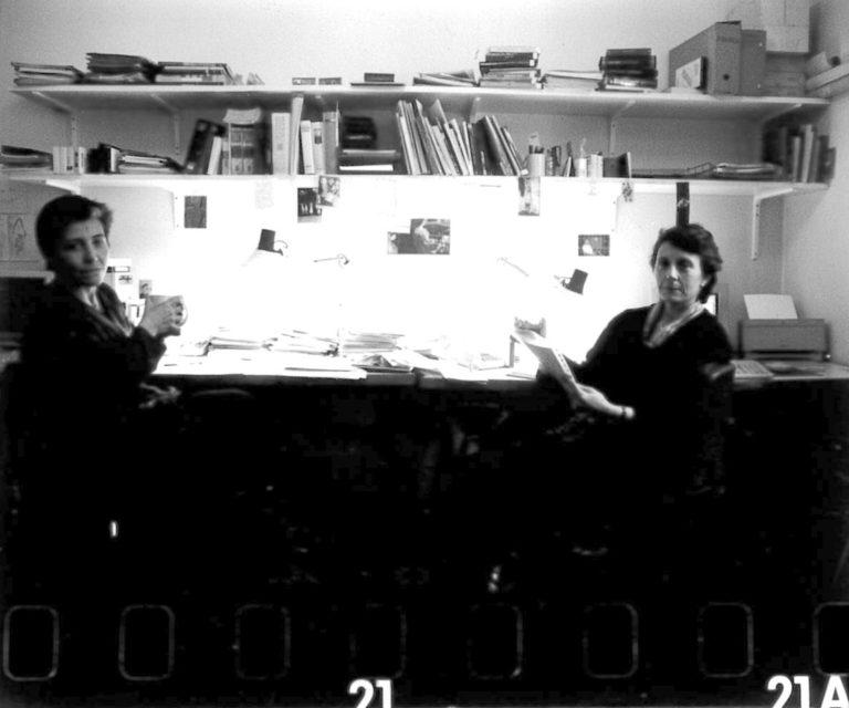 Anna Sola i Marta Selva a l'oficina del carrer València