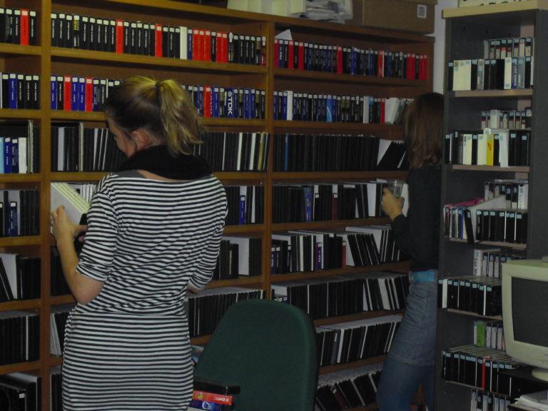Divina Huguet i Blanca Almendáriz a l'arxiu de Drac Màgic de l'oficina al carrer Sant Pere Mitjà