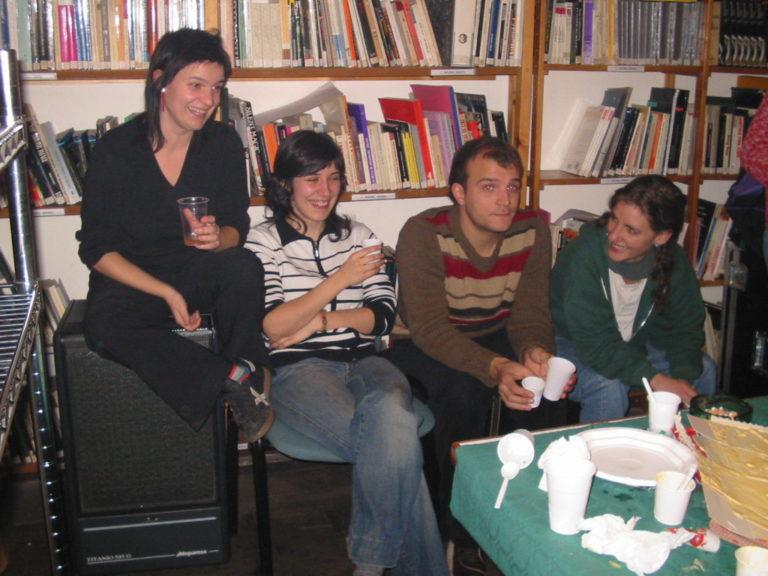 Meritxell Esquirol, Anna Fonoll, Enric Juste i Mireia Gascón a l'oficina del carrer València al nadal del 2002