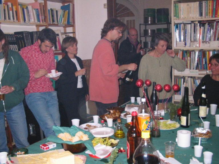 Mireia Gascón, Lope Serrano, Pau Roig, Marta Selva i Araceli Rilova a l'oficina del carrer València celebrant el nadal de 2002