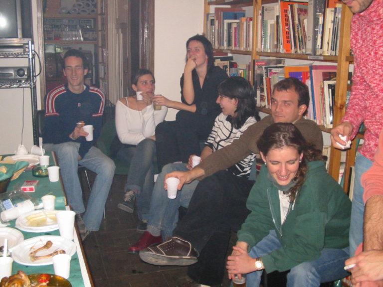 Pau Roig, Anna Toro, Meritxell Esquirol, Anna Fonoll, Enric Juste, Mireia Gascón i Lope Serrano a l'oficina del carrer València durant el nadal de 2002