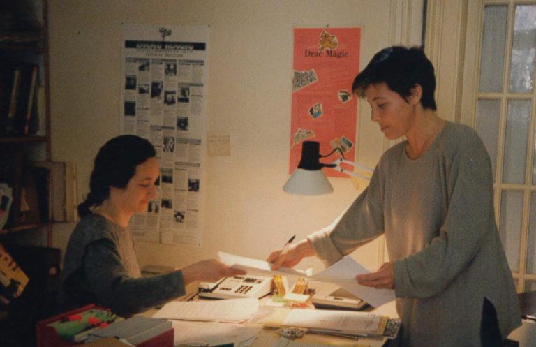 Raquel Aranda i Anna Solà a l'oficina del carrer València