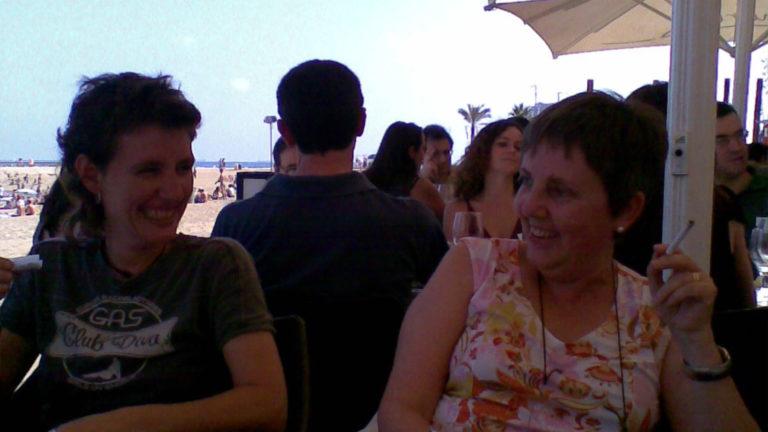 Mireia Gascón i Montse Pellicer durant un dinar d'estiu a la Barceloneta